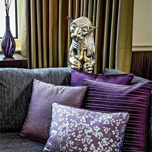 紫色沙发和豹子摆件