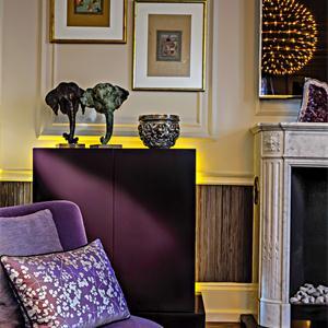 屋内搭配紫色背景摆设