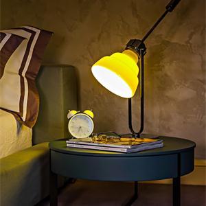 卧室台灯和小闹钟