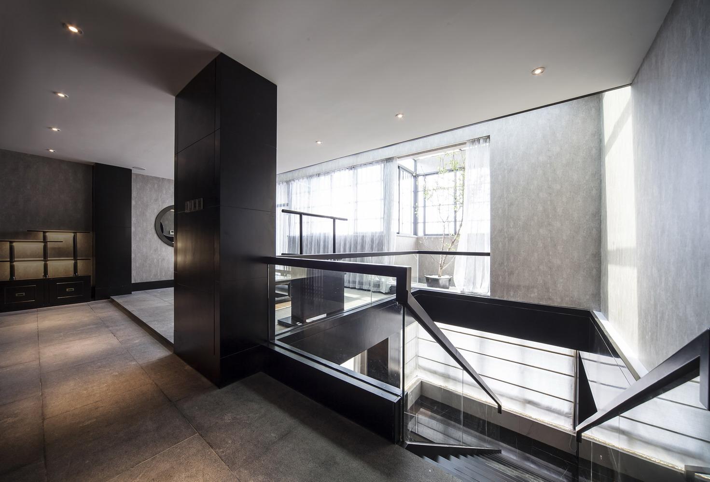 现代简约质感黑色楼梯