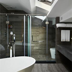 现代美式风格卫生间装修设计图