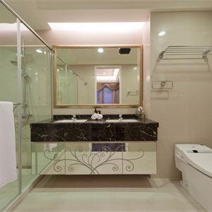 大户型现代简约卫生间装修设计图