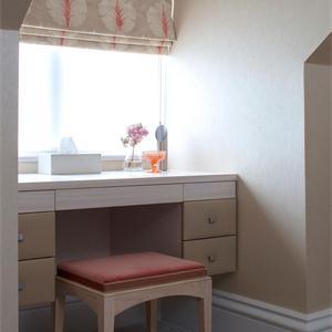 现代北欧风三居卧室小书桌装修效果图