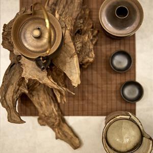 中式别墅客厅茶桌一角摆设